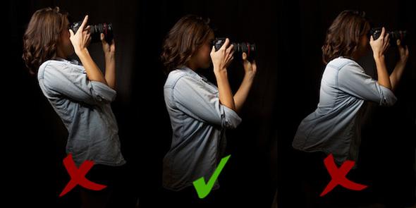 2 Hold a camera lean Como Segurar uma Câmera e Tirar Fotos Mais Precisas