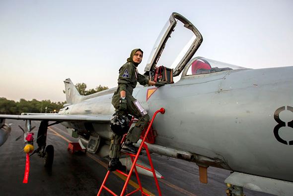 Ayesha Farooq, 26 anos, única piloto combatente do Paquistão, sobe em  um F-7PG, caça a jato de fabricação chinesa na base Mushaf em Sargodha, no norte do Paquistão 6 de junho de 2013.