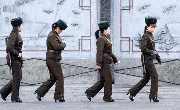 Soldadas norte-coreanos  patrulham ao longo das margens do rio Yalu, perto da cidade norte-coreana de Sinuiju, em frente à cidade fronteiriça chinesa de Dandong, 11 de abril, 2013.