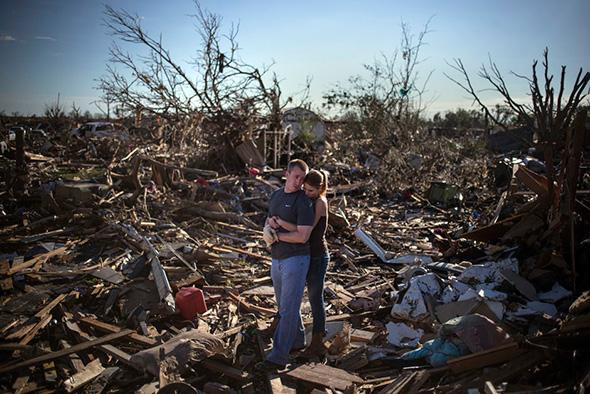 Danielle Stephan abraça o namorado Thomas Layton, em uma pausa entre os restos da casa de um membro da família depois de um tornado que devastou a cidade Moore, Oklahoma, 21 de maio de 2013.