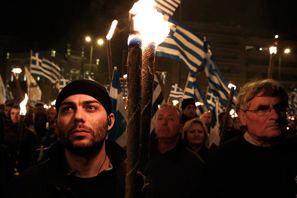 Defensores da extrema-direita Aurora Dourada acendem tochas durante um encontro em Atenas 02 de fevereiro de 2013.