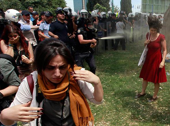 Em um motim, policial turco usa gás lacrimogêneo nas pessoas que protestam contra a destruição de árvores em um parque provocada por um projeto para pedestres, na Praça Taksim, no centro de Istambul 28 de maio de 2013.