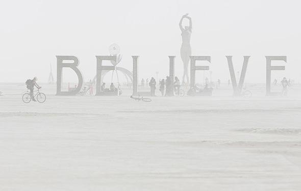 A poeira envolve a instalações de arte durante o festival Burning Man 2013, no deserto de Black Rock of Nevada, 01 de setembro de 2013.