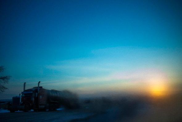 Um caminhão estacionado ao lado de uma estrada é retratado através de uma geada durante o amanhecer em Williston, North Dakota 14 de março de 2013.