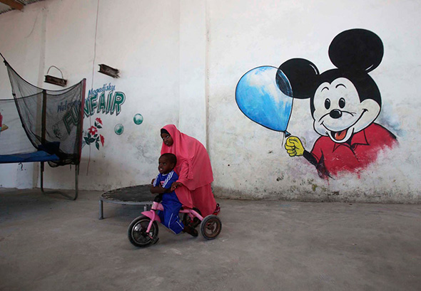 Crianças brincam em um hotel em Mogadishu 10 de outubro de 2013.