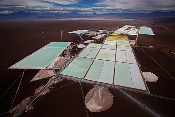 Uma vista aérea das piscinas de água salgadas e áreas de processamento da planta de lítio Rockwood na olanície de sal  de Atacama, o maior depósito de lítio atualmente em produção, no deserto de Atacama, no norte do Chile, 10 de janeiro, 2013.