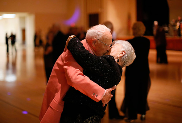 Donald Smitherman, 98, beija sua esposa Marlene, no final de uma dança em Sun City, Arizona, 5 de janeiro de 2013.