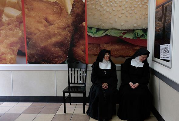 Freiras sentadas em uma restaurante de fast food no centro da Cidade da Guatemala, 28 de agosto de 2013.