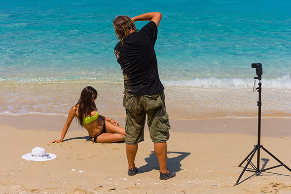 fotografando na praia Guia Para Iniciantes: Como Escolher um Flash?