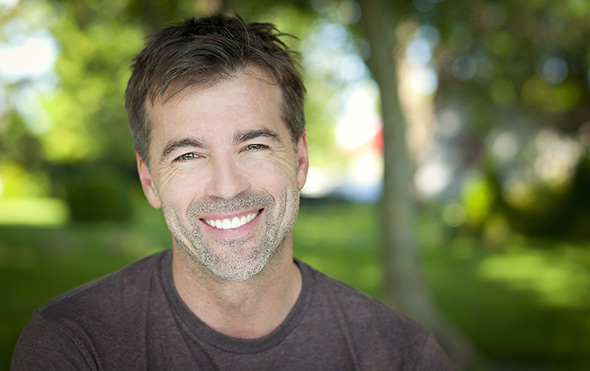 Homem sorrindoDof Guia Definitivo Sobre Profundidade de Campo Para Iniciantes