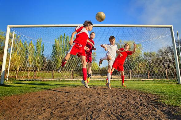 Crianças-jogando-Futebol