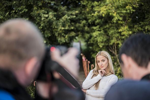 Mulher posando Posso Fotografar Profissionalmente com uma Câmera de Entrada?