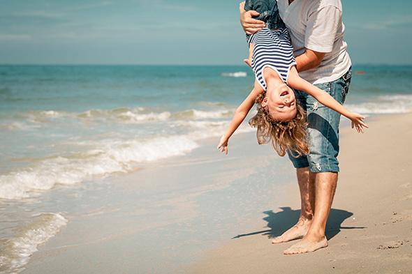 Brincando na praia de cabeça para baixo 48 Maneiras de Fazer as Pessoas Sorrirem Para Uma Foto