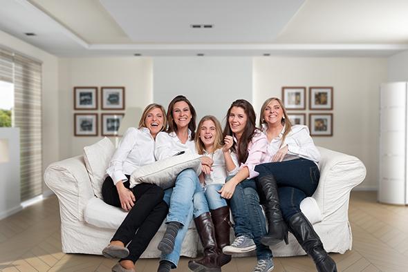 Mulheres rindo 48 Maneiras de Fazer as Pessoas Sorrirem Para Uma Foto