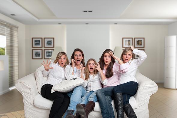 mulheres com cara de assustadas 48 Maneiras de Fazer as Pessoas Sorrirem Para Uma Foto